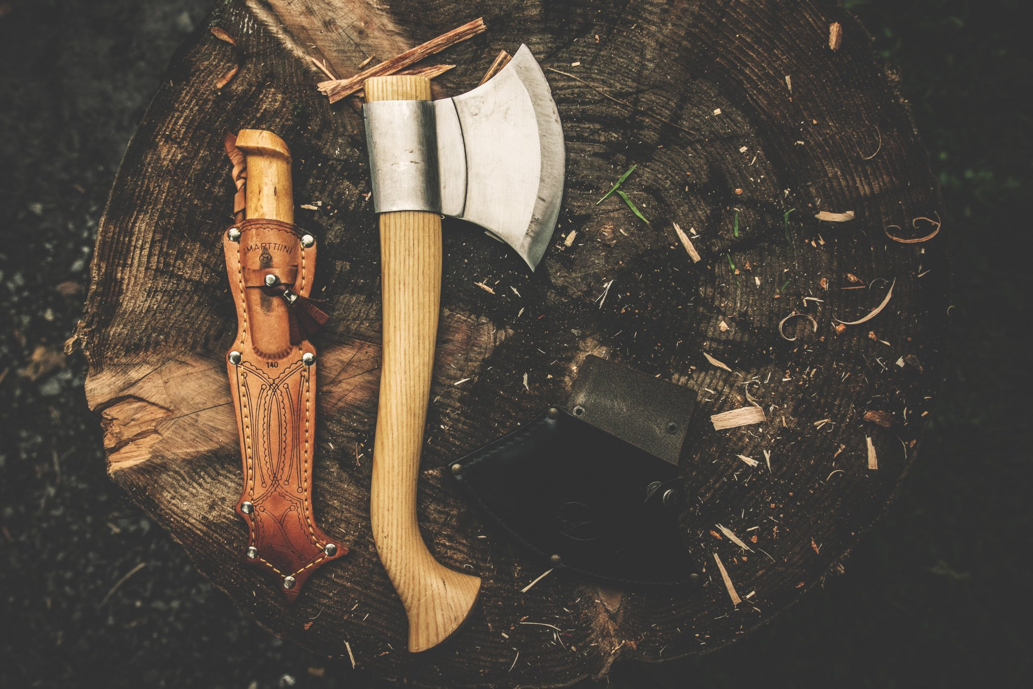 Image of an ax and knife. Essential tools for bushcraft
